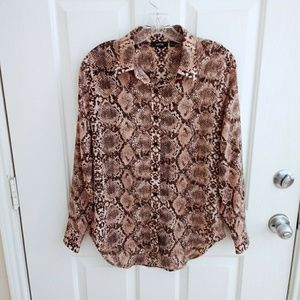 🌟 Snakeskin print button down shirt high low hem